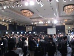 会場は多くの関係者、ブロガーでいっぱい。昼間の記者会見では入れなかった人もいた。