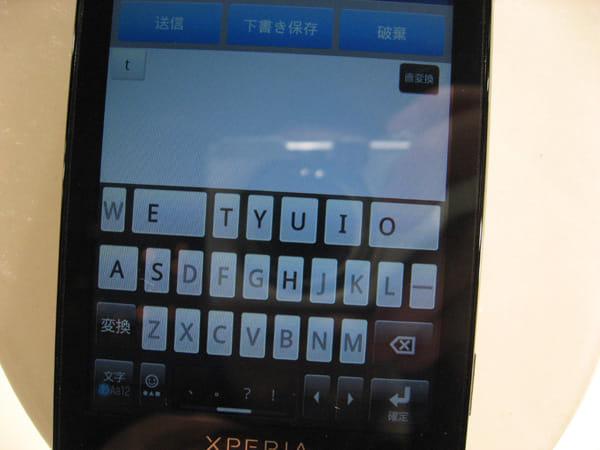 日本語のローマ字入力では、子音「t」を押すと、母音の「A」「I」「U」「E」「O」のキーサイズが大きくなり、入力ミスを減らす。また「ちゃ」などの変化にも備えて、「T」「Y」「S」「H」のキートップの文字は黒くなり、それ以外の文字はグレーダウンして目だななくなるよう、工夫されている。