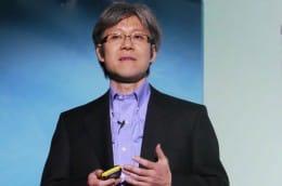 ソニー・エリクソン製品のコンセプトを説明する坂口立考エグゼクティブVP 兼 チーフクリエーションオフィサー