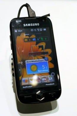 3.7インチの大型ディスプレイを搭載したWindows Mobile端末。DVD品質の動画録画が可能