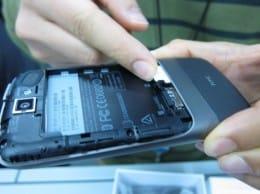 裏ぶたを開けて…SIMカードと…電池を詰める