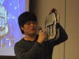 akio0911氏が持つ鞄は「モバイルデジタルサイネージバッグ for iPhone」という名称で発売中