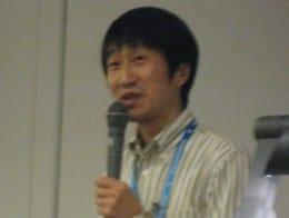 ウィルコムのPHSで使用するW-SIMカードを、GPSアンテナにするアイデアを発表した永山純一氏