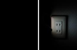 真っ暗な部屋(左)が、『ColorFlashlight Fun Flashlight』で煌々と照らされた!(右)
