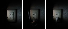 『ColorFlashlight Fun Flashlight』のともしびを頼りに、ヒーターのプラグを無事コンセントへ挿入完了!