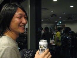 名古屋から来場した塚田氏。東京タワーの夜景を見ながら、きょうの長い一日を振り返る