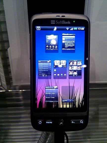 Sense UI:7画面を一挙動で一覧して切り換えできる Android標準のUIに加え、HTC社が開発した独自のUIを搭載する。