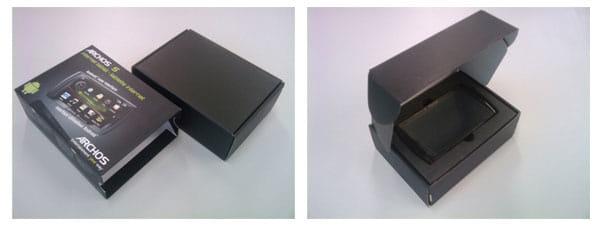 箱は横から開けるタイプです。上段にデバイスが入っており、中にケーブルや説明書が入っています。