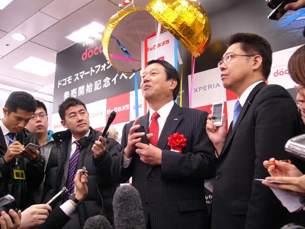 報道陣の質問に答える、山田社長。