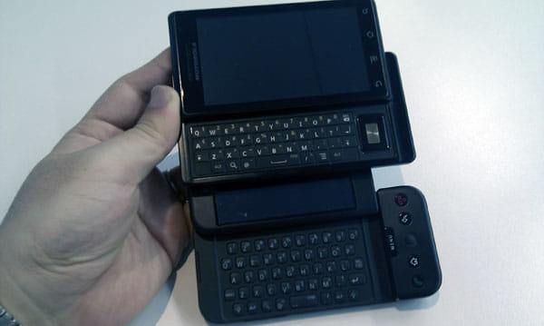 T-Mobile G1(下)との比較。実際にはG1よりも薄く小さい。