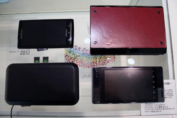 IS01(左下)、Xperia(左上)、ポメラDM20(右上)、EM-ONE(S01SH・右下)