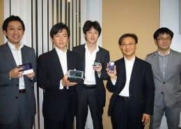各社端末を持つ講演者の越川氏、重野氏、松井氏、田中氏、主催の石川氏(左から順不同)