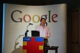グーグル日本法人は、記者会見でモバイル向け検索サービスを説明