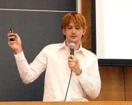 英語と、ときおり日本語も交えての講演となったジェー氏