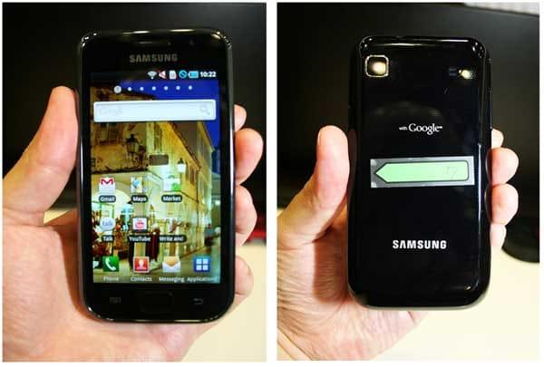 Galaxy Sの表面・裏面(裏面中央はタッチ&トライ用端末識別のシール)