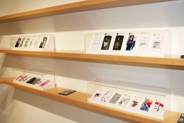 「100 DESIGN COLLECTION キャンペーン」でプレゼントされるXperiaの背面カバープレゼントの展示も行われていた