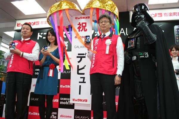 山田社長、堀北さん、宮嶋社長で発売記念のくす玉を割った