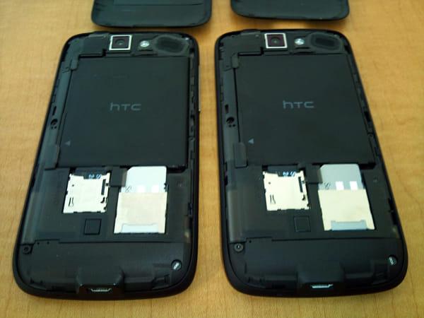 バッテリーカバー開けたところ:X06HTII(左) X06HT(右)
