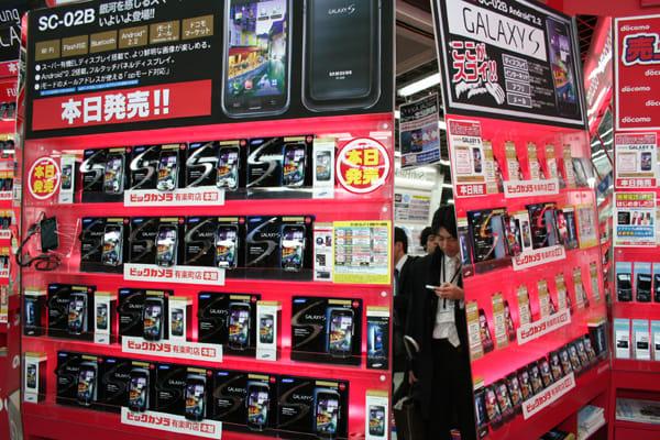 ビックカメラ有楽町店では多数のGALAXY Sのモックを展示。タッチ&トライ機種も多数用意されていた