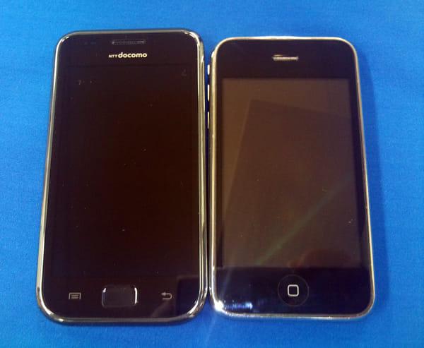 GALAXY S(左)iPhone(右)淵のメタル素材が似ている