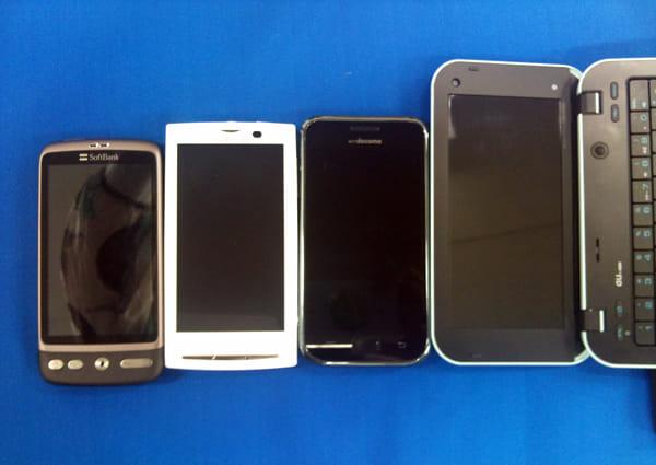 左からDesire、Xperia、GALAXY S、IS01。液晶の大きさを比較