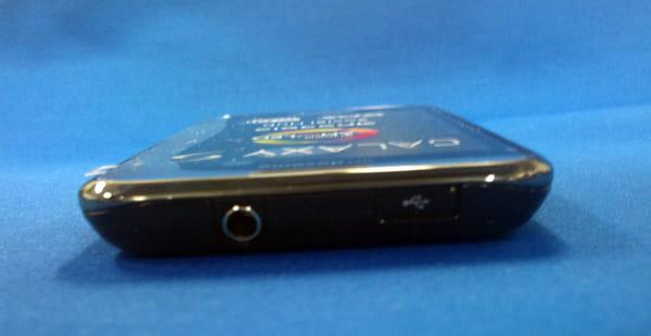 GALAXY S本体上部、USB接続端子にはスライド式の蓋付き