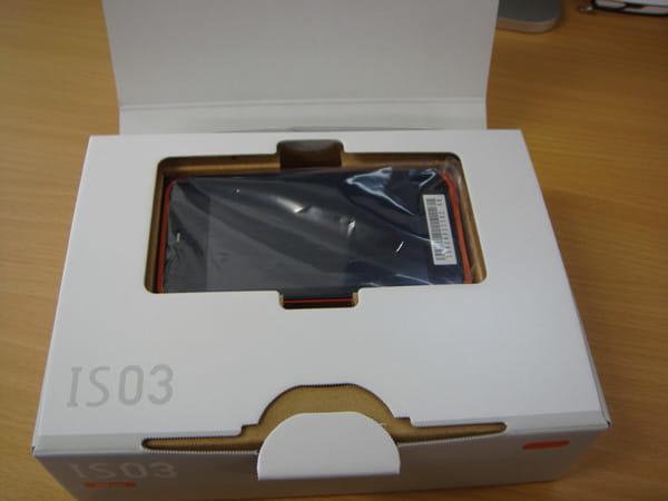 IS03箱を開けました、本体にはバーコードシール
