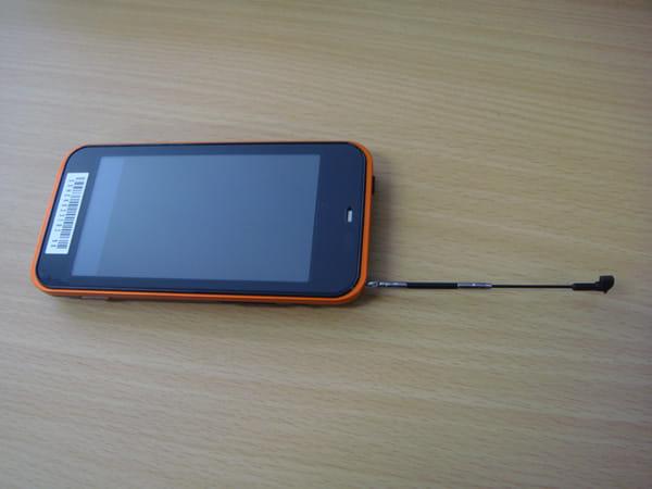 IS03ワンセグのアンテナを伸ばすと、昔の携帯電話のよう