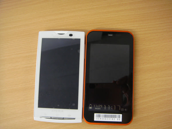 Xperia(左)とIS03(右)