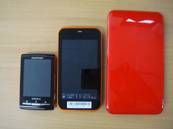 左から、XperiaminiとIS03とLYNX