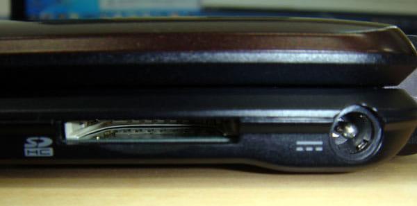 本体右側面。左からSDカード端子、電源端子