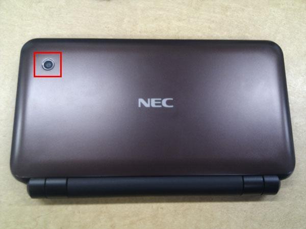 天板には「NEC」のロゴと外向きの200万画素カメラ