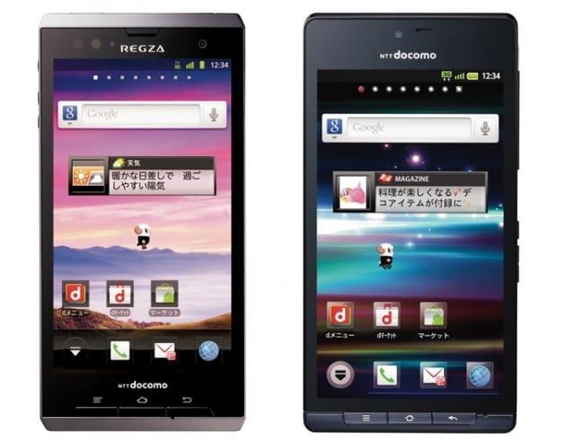 REGZA Phone T-01D(左)とAQUOS PHONE SH-01D(右)