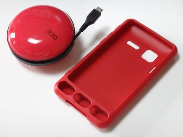 INFOBAR A01本体のカラーがNISHIKIGOIなので、ACアダプターとカバーケースもレッドを選択