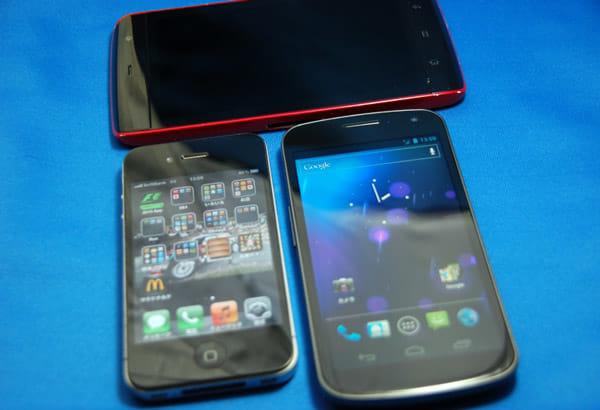 iPhone4(左手前)DELL Streak(奥)と比較しても大きいディスプレイ