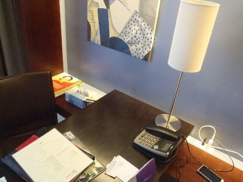 滞在ホテルでWi-Fiを利用。コンセントは日本式で充電もラクラク~