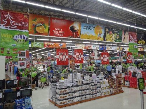 スーパーマーケットには食品から雑貨まで幅広く手に入る