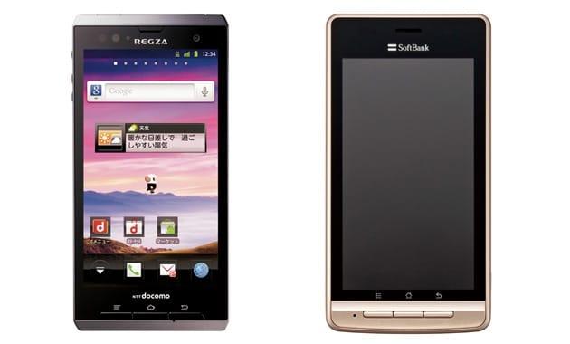 左から「REGZA Phone T-01D」(NTTドコモ)、「LUMIX Phone 101P」(ソフトバンク)