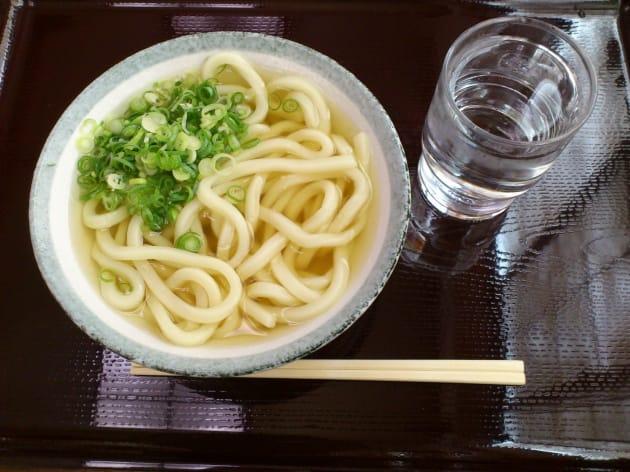 四国で食べたうどん。丼全体や周りの雰囲気がわかるように撮りました