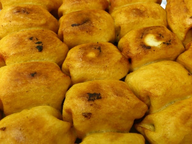 人気餃子店の焼き餃子。フライパンに敷き詰められて焼かれた、カリカリになった皮が印象的
