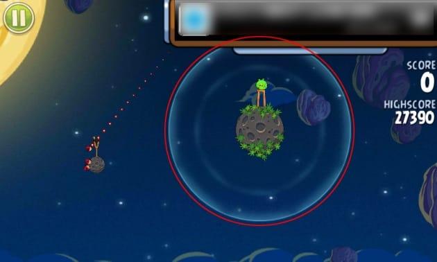 Angry Birds Space:画面赤枠の内側に見えるうっすらとしたサークルの内側が成層圏(?)外側には重力がないので、鳥は飛ばした方向に一直線で飛んでいってしまう