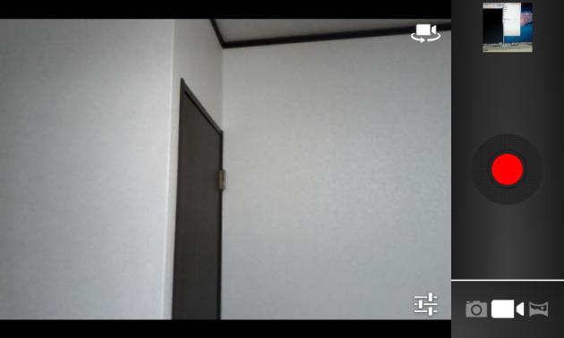動画撮影モード画面。赤いボタンをタップして撮影開始