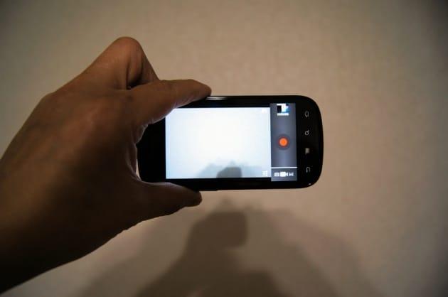 スマートフォンでは、左手だけで安定するホールドポジションを見つけるのがおすすめ