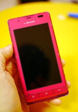 ピンク色がキュート!吉田アナ愛用のAQUOS PHONE f SH-13C