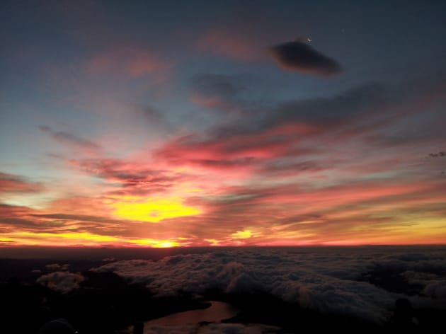朱色に染まりだす空と雲