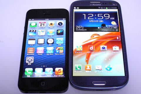 画面が大きくなり1列増えたのみのiPhone 5(左)Androidスマートフォンのホーム画面は自由度が高い(右)