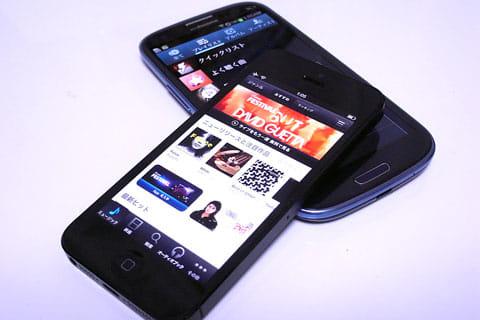 「iTunes」を利用できるiPhone 5(手前)Androidスマートフォンはメーカーによって音楽プレイヤーアプリが異なる(奥)