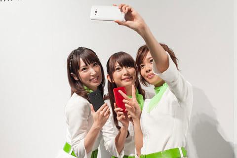 広角レンズとなったフロントカメラは、グループ撮影に活躍する