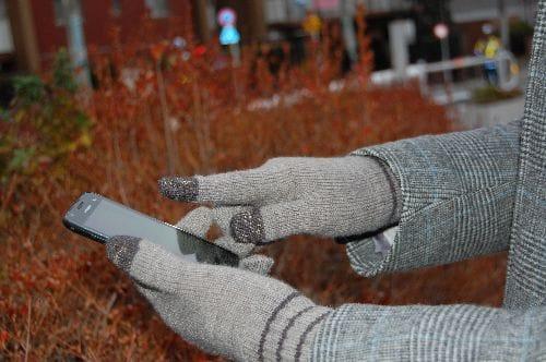 一般的なスマホ手袋。親指と人差し指でタッチする