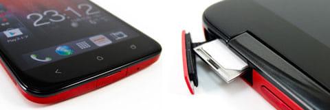 本体底面(左)miniUIMカードは、トレーに載せて差し込む(右)